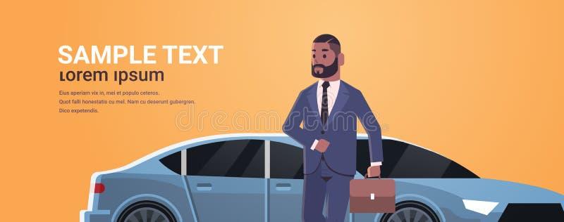 Posição do homem de negócios perto do homem afro-americano do carro luxuoso na mala de viagem da terra arrendada do terno que vai ilustração do vetor