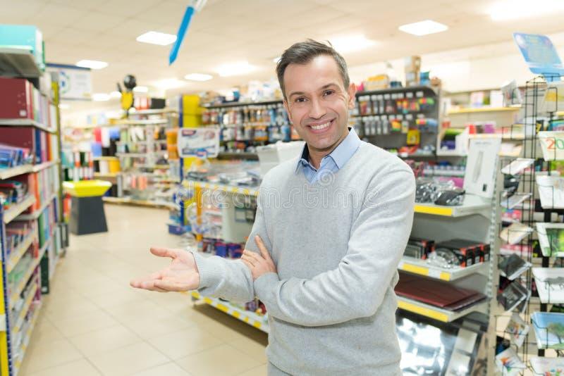 Posição do homem perto do contador com os produtos do mantimento da variedade imagens de stock