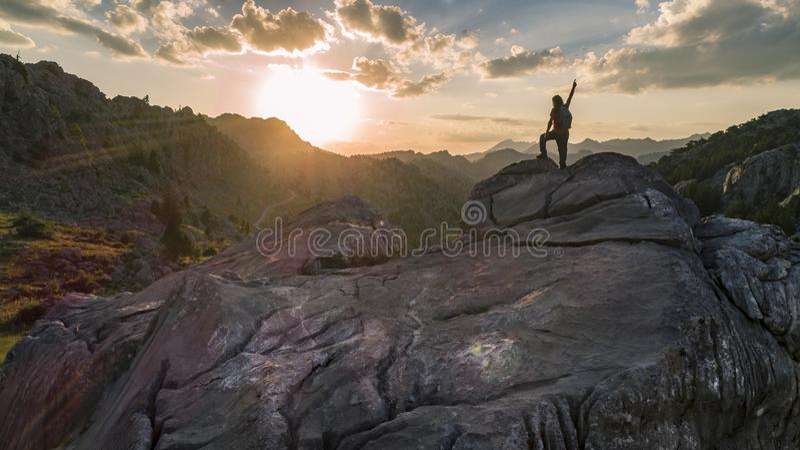 Posição do montanhista orgulhosa no pico de montanha imagem de stock royalty free