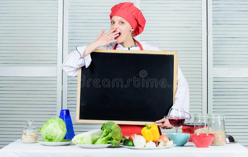 Posição do trabalho do cozinheiro chefe Cozinhando a refeição deliciosa ponto por ponto E r olhar fotografia de stock royalty free