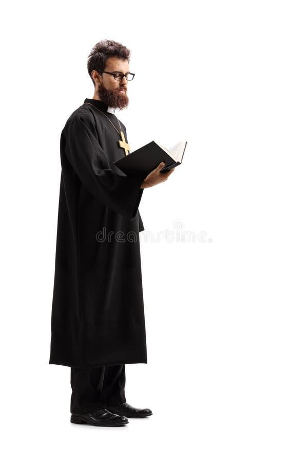 Posição e leitura do padre da Bíblia imagens de stock