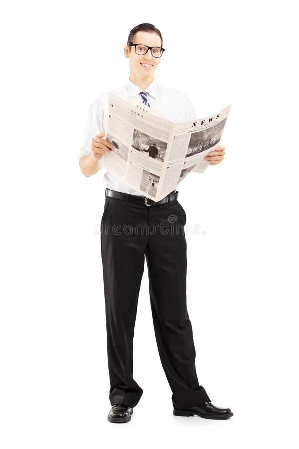 Posição e leitura novas do empresário um jornal imagens de stock royalty free