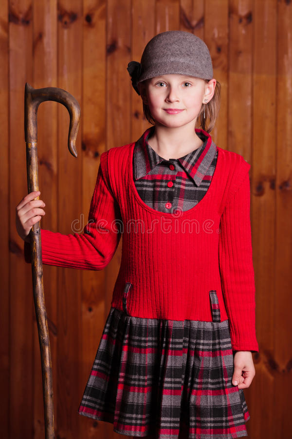 Posição e pastor da menina que guardam o pessoal de um pastor Exploração agrícola fotografia de stock royalty free