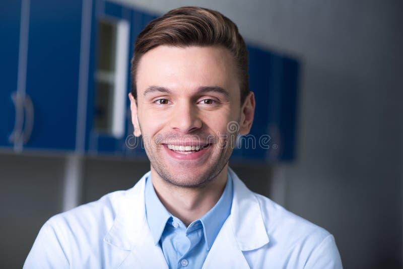 Posição e sorriso consideráveis agradáveis do cientista foto de stock royalty free