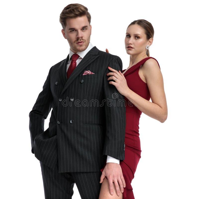 A posição elegante dos pares abraçou fotos de stock royalty free
