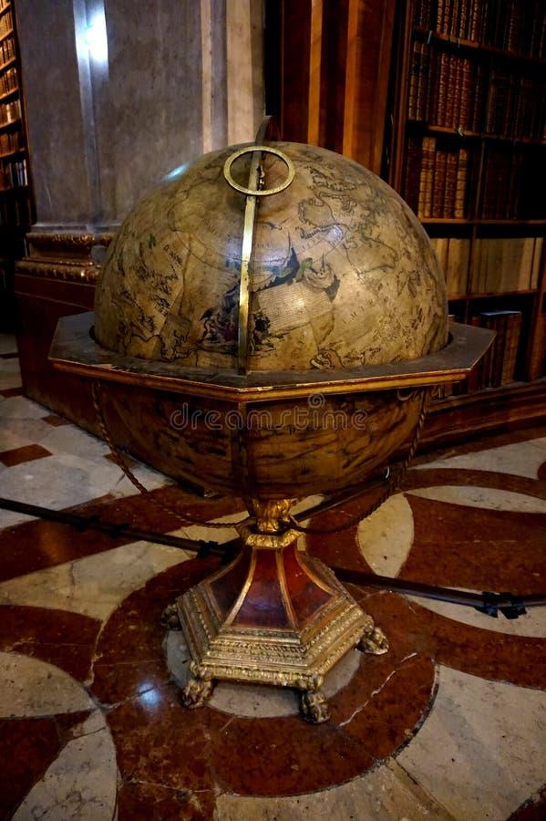 Posição enorme antiga do globo no salão principal da biblioteca austríaca nacional no palácio de Hofburg fotografia de stock royalty free