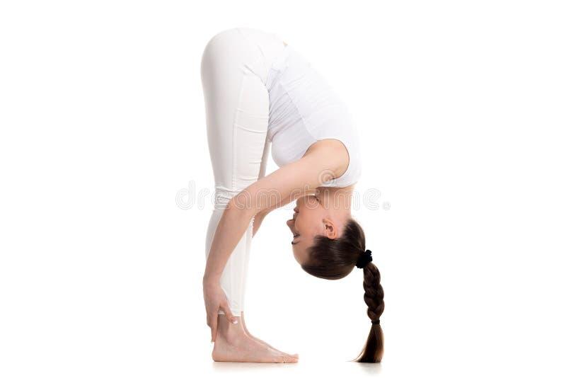 Posição fêmea do iogue na pose dedobra intensa fotos de stock