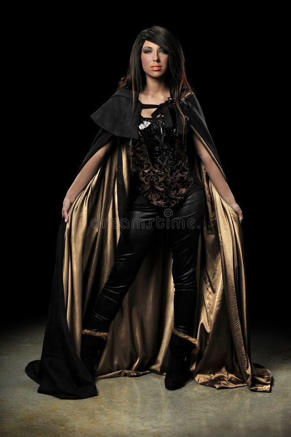 Posição fêmea do vampiro imagens de stock royalty free