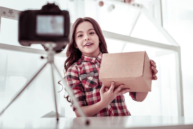 Posição feliz positiva da menina na frente da câmera imagem de stock