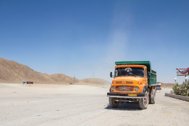 Posição iraniana velha do caminhão basculante em um parque de estacionamento da estrada perto de Yazd, no meio do deserto, na est foto de stock royalty free