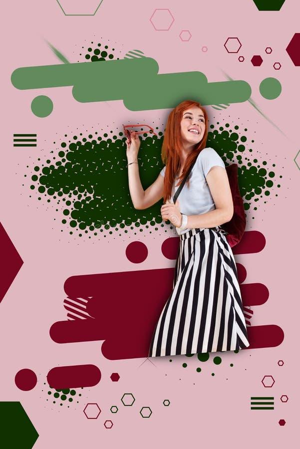Posição listrada vestindo da saia do estudante elegante antes da terra colorida brilhante fotos de stock royalty free
