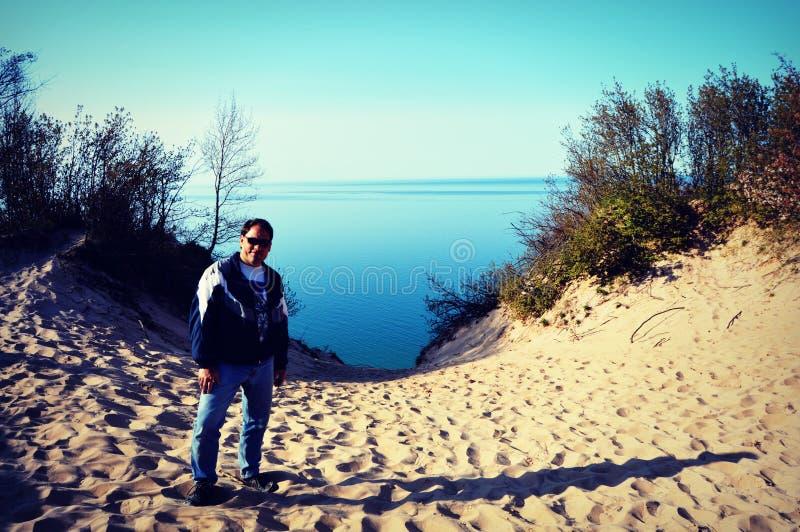 Posição louca na areia pelo Lago Michigan fotografia de stock royalty free