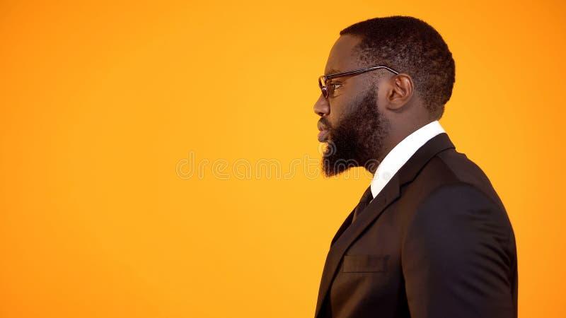 Posi??o masculina afro-americano no perfil, homem de neg?cios determinado, molde do an?ncio fotografia de stock royalty free