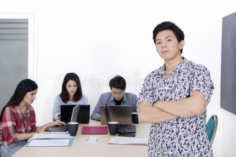 Posição masculina do líder de negócio na frente de sua equipe fotos de stock