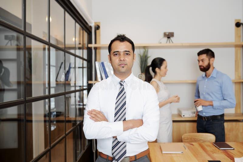 Posição masculina indiana do líder no escritório imagens de stock