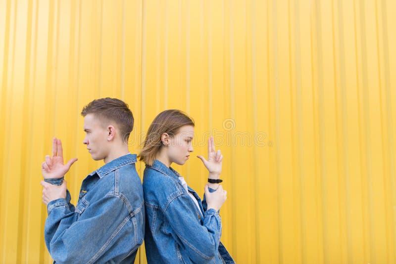Posição nova à moda dos pares de volta à parte traseira em guardar as mãos sob a forma dos braços imagem de stock