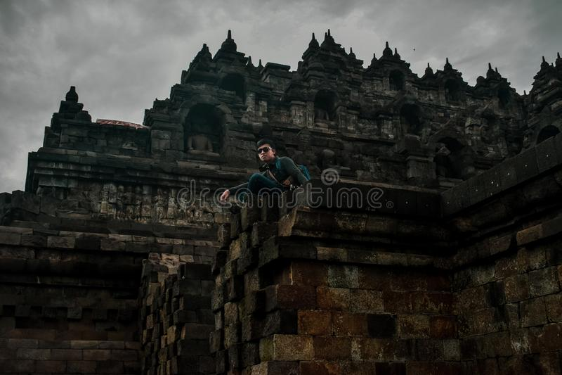 Posição nova do viajante no templo de Borobudur fotos de stock