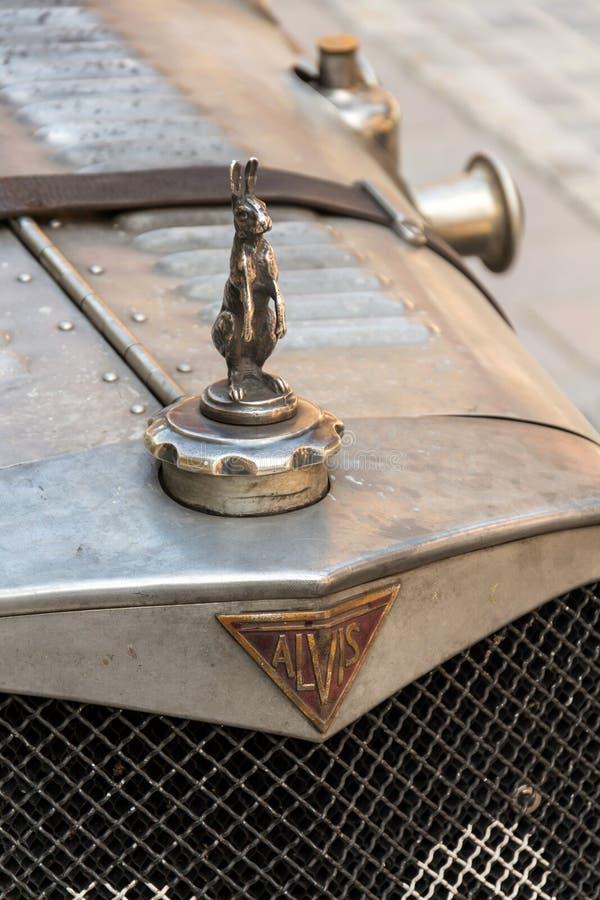 Posição oldsmobile do carro do veterano de Alvis do vintage na rua fotografia de stock
