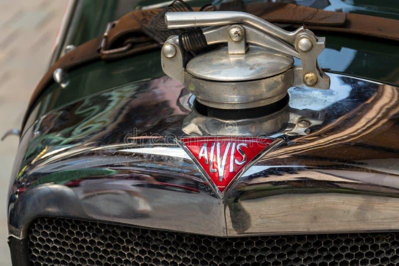 Posição oldsmobile do carro do veterano de Alvis do vintage na rua fotos de stock royalty free