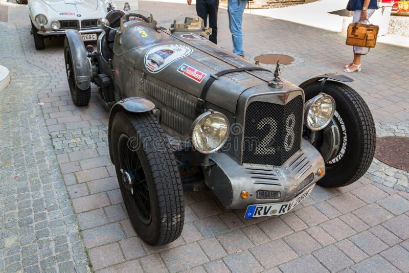 Posição oldsmobile do carro do veterano de Alvis do vintage na rua foto de stock