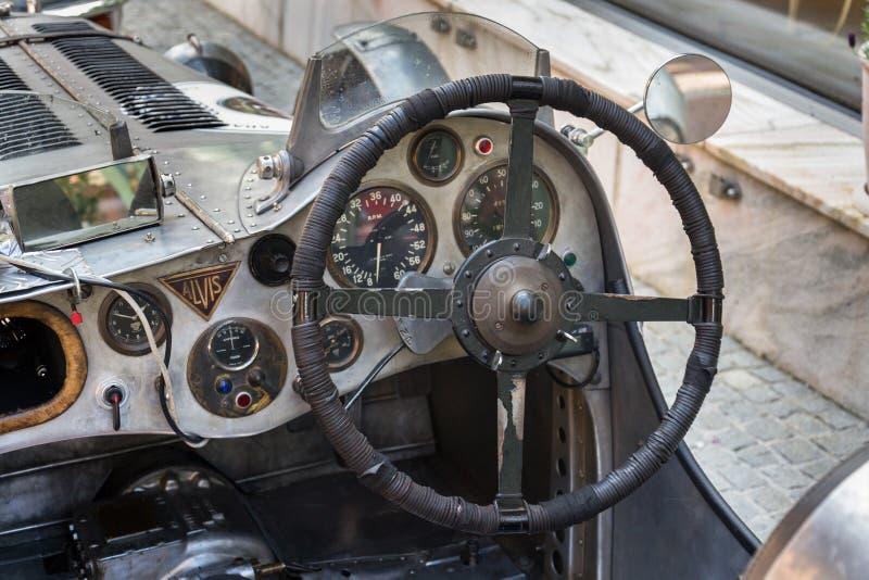 Posição oldsmobile do carro do veterano de Alvis do vintage na rua fotos de stock