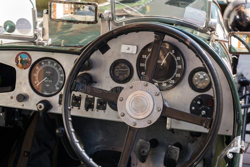 Posição oldsmobile do carro do veterano de Alvis do vintage na rua imagens de stock royalty free