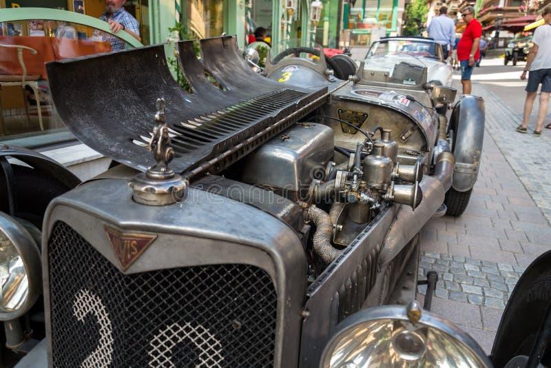Posição oldsmobile do carro do veterano de Alvis do vintage na rua imagens de stock