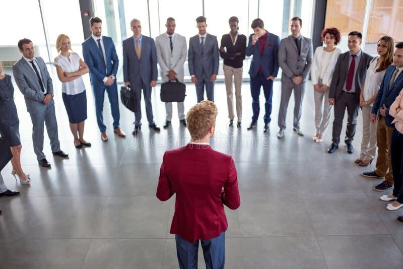 Posição profissional do líder na frente de suas equipe e conversa do negócio foto de stock royalty free
