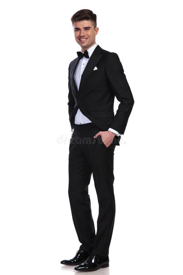 Posição relaxado alegre do noivo com mãos em uns bolsos e no sorriso foto de stock