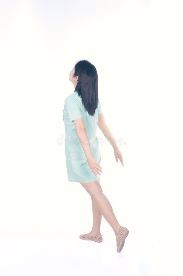 Posição retro feliz da mulher do vestido isolada no fundo branco foto de stock royalty free