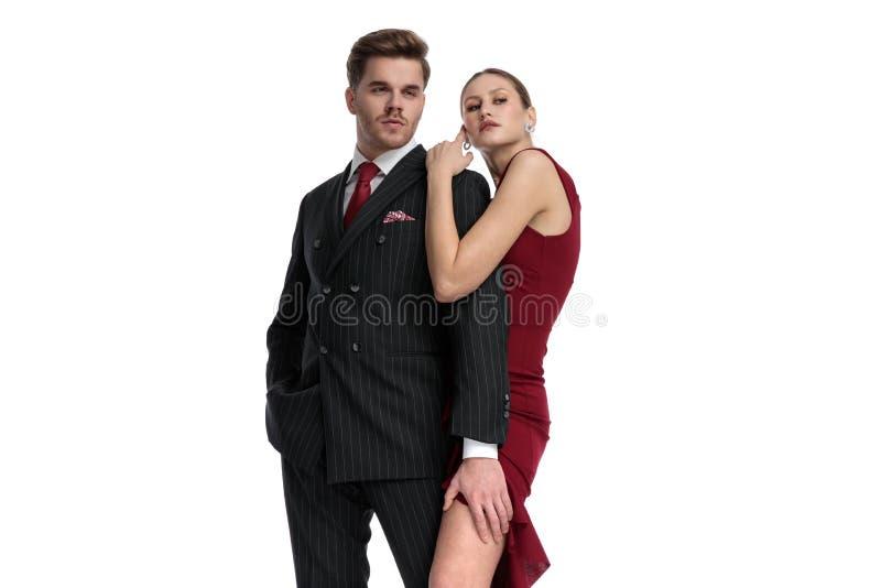 A posição romântica dos pares abraçou imagens de stock