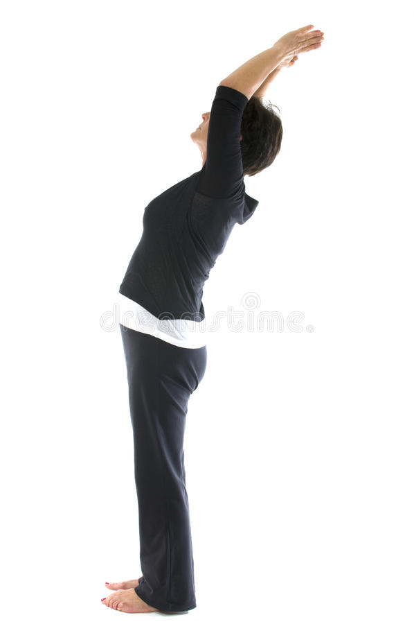 Posição sênior da ioga da montanha da mulher da Idade Média foto de stock royalty free