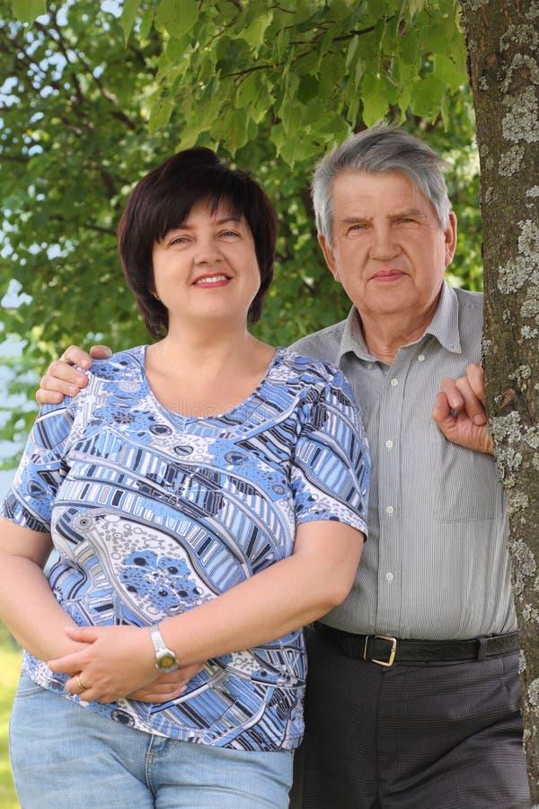 Posição sênior e abraço de sua filha imagem de stock royalty free