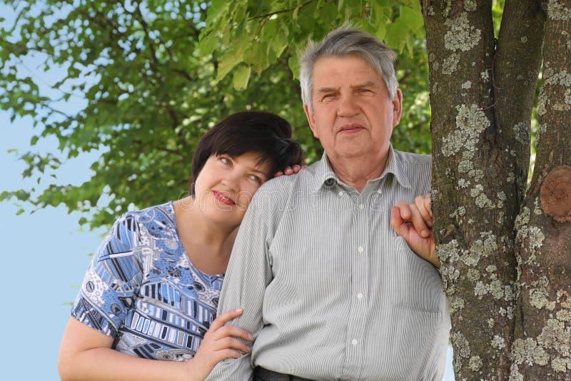 Posição sênior, sua filha que abraça o foto de stock