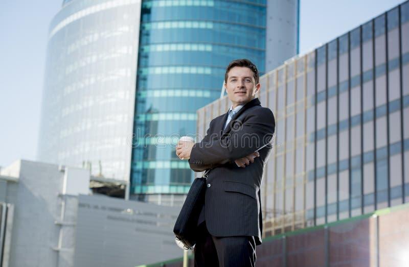 Posição segura feliz de sorriso do homem de negócios incorporado do retrato fora imagem de stock