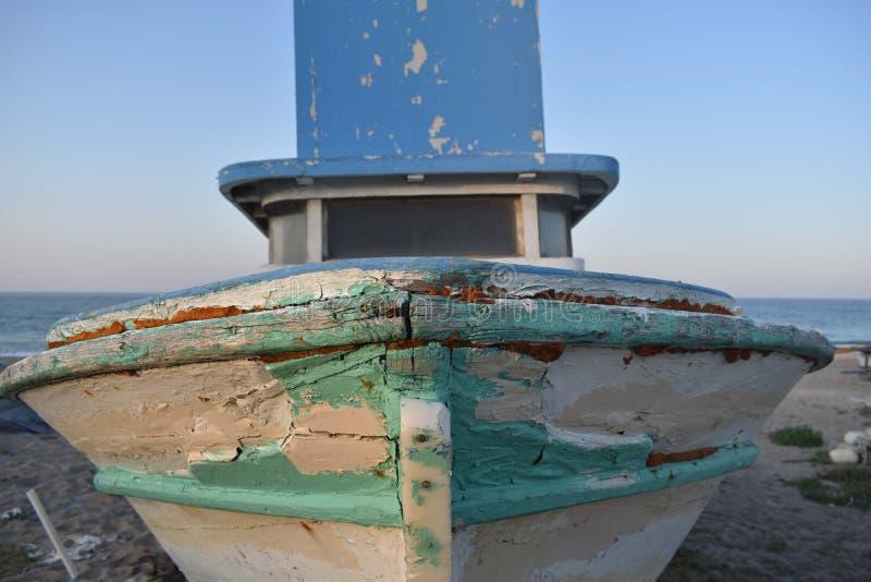 Posição velha abandonada do barco na praia fotografia de stock
