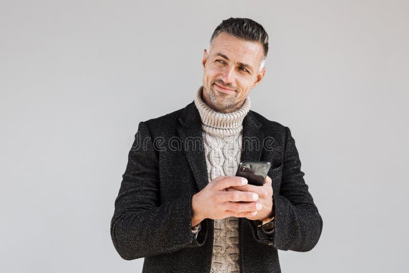 Posição vestindo do revestimento do homem atrativo imagem de stock royalty free
