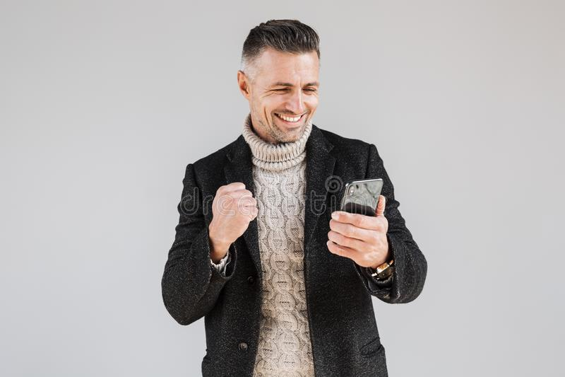 Posição vestindo do revestimento do homem atrativo fotos de stock