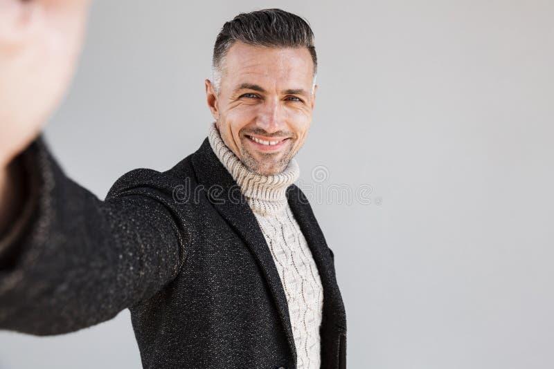 Posição vestindo do revestimento do homem atrativo fotografia de stock royalty free