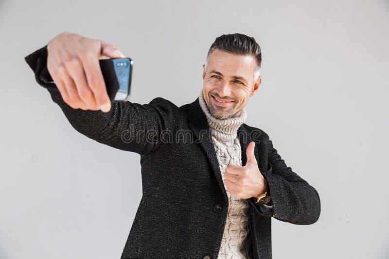 Posição vestindo do revestimento do homem atrativo fotos de stock royalty free
