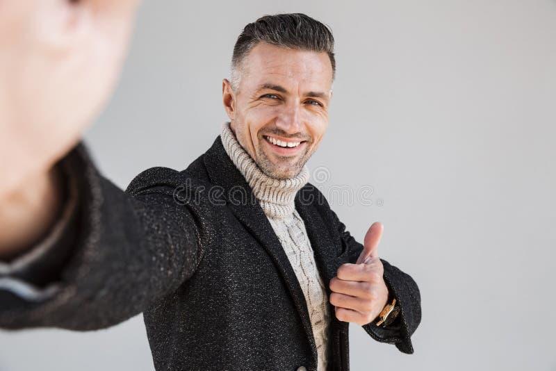 Posição vestindo do revestimento do homem atrativo foto de stock royalty free