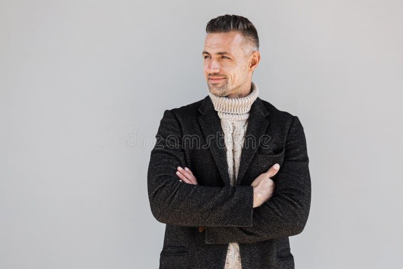Posição vestindo do revestimento do homem atrativo imagem de stock