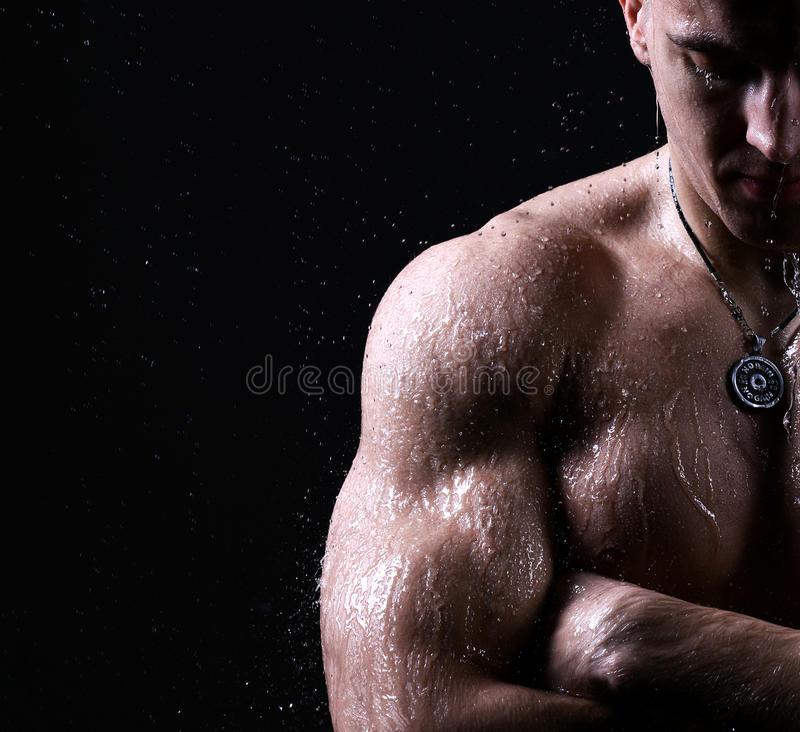 Posi nu masculin fort de torse de bodybuilder brutal musculaire d'athlète photo libre de droits