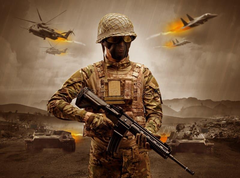 Posi??o armada do soldado no meio de uma guerra fotos de stock
