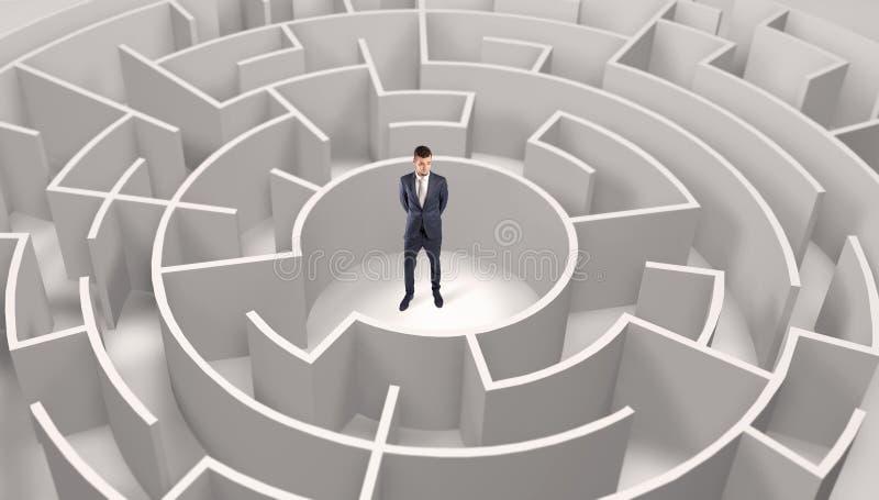 Posi??o do homem de neg?cios em um meio de um labirinto redondo imagem de stock