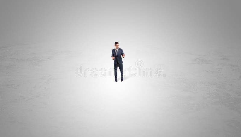 Posi??o do homem de neg?cios no meio de um espa?o vazio foto de stock