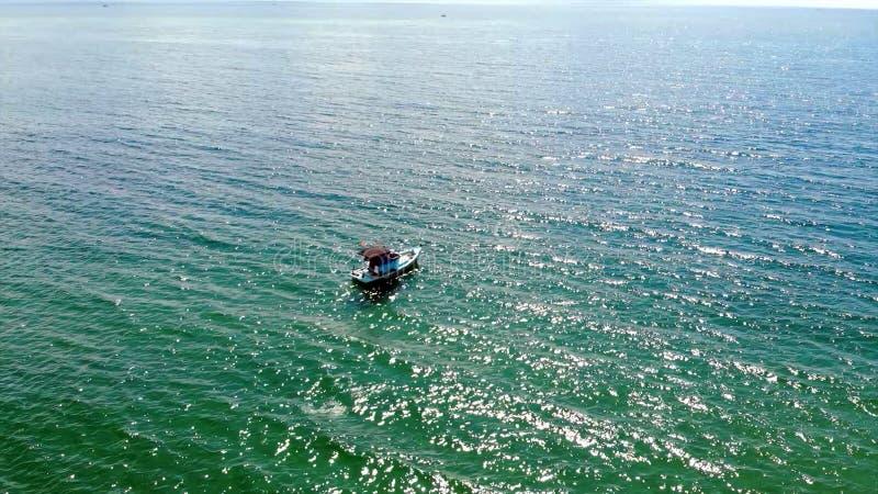 Posi??o pequena do barco de pesca em uma linha longa fotos de stock royalty free