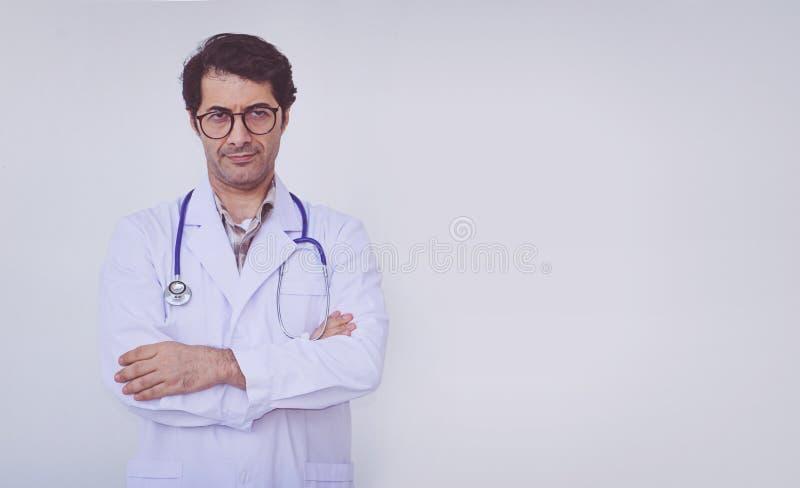 Posi??o profissional do doutor do homem imagem de stock