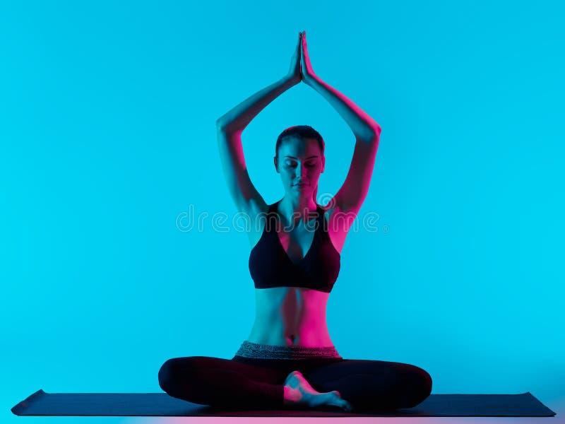 Posici?n de Padmasana Lotus de los exercices de la yoga de la mujer imagen de archivo libre de regalías
