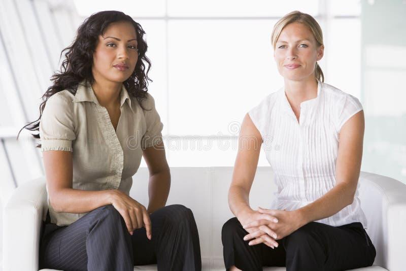 posiedzenie lobbują bizneswoman obraz stock